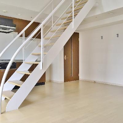 お部屋の真ん中にどんと階段が。