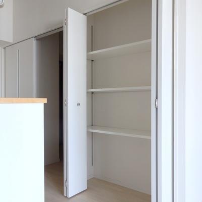 キッチン横の棚が役立ちまそうです