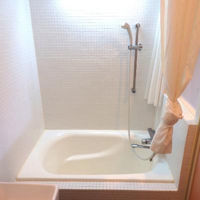 白タイル張りの可愛いお風呂