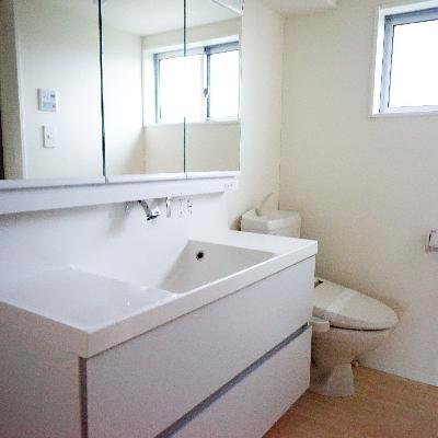 とってもゆったりした洗面台と隣にトイレ!