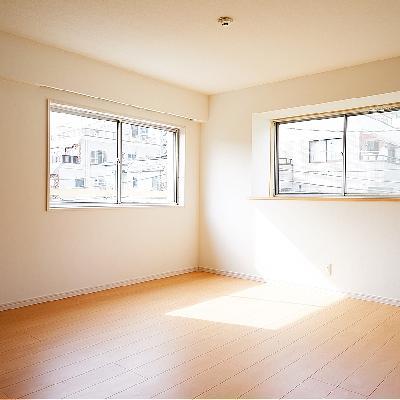 リビングの窓の右は出窓になっています!