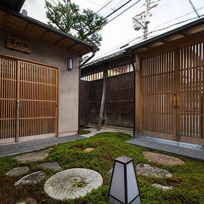庭をながめる日本家屋