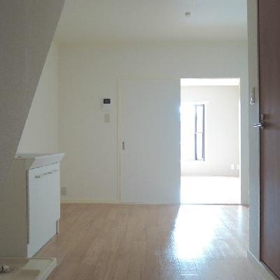 玄関入ってすぐ。左は階段です。