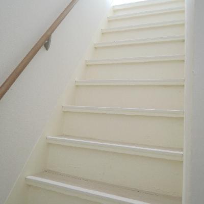 しっかりした造りの階段。階段を上がると、洋室が2つ。