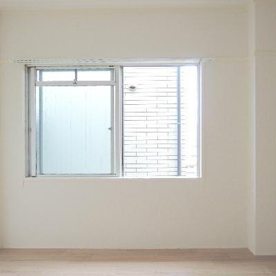 もうひとつの洋室にも窓が付いています。