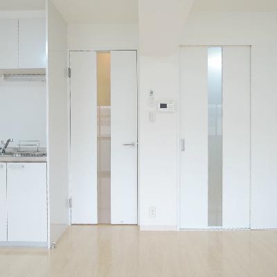 右は、洋室への仕切り扉。