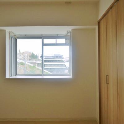 玄関横の洋室にも窓が。
