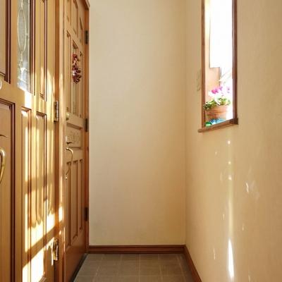 玄関もアンティーク。今回のお部屋は手前です。