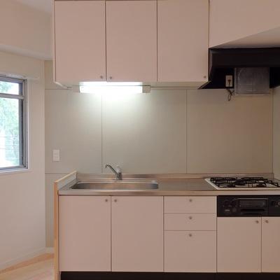 3口グリル付きのシステムキッチン ※写真は前回工事した305号室