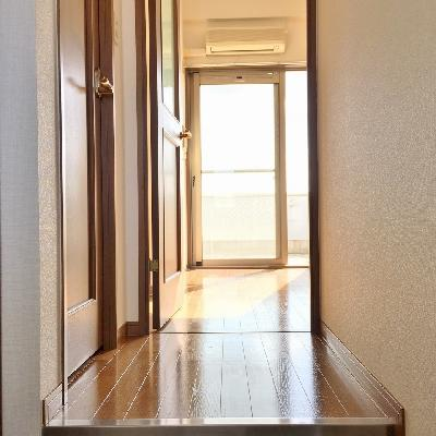 玄関からお部屋を望む。