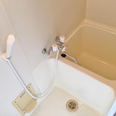 お風呂は狭め。