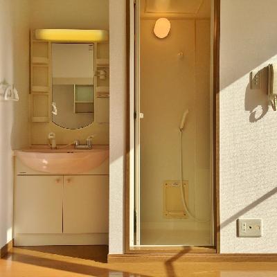 横を見ると、洗面台とお風呂。ちょっと圧迫感。。。