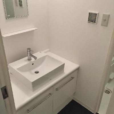 脱衣所には洗面台があります。洗濯機置き場は別です。