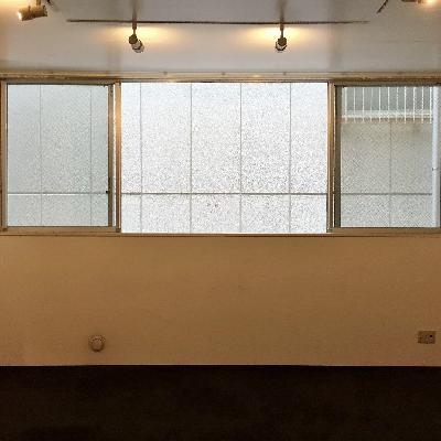 リビングにも窓がしっかりあります。目の前は壁