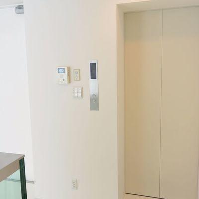 家の中にエレベーター※写真は同間取り別部屋