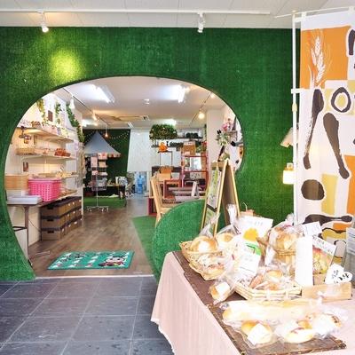 1階にファンシーな焼き菓子&パン屋さん!