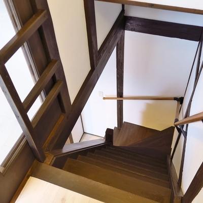 おばあちゃん家みたいな懐かしい階段。