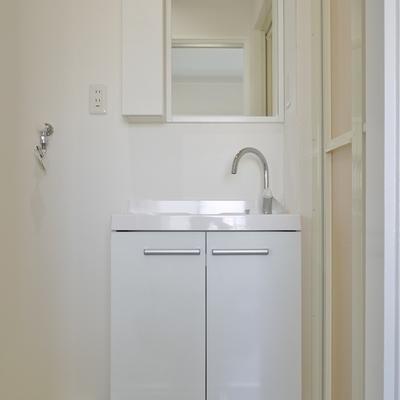 新調された洗面。
