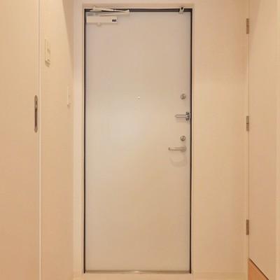 玄関も真っ白!