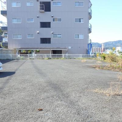 50m先に10台ほどの駐車スペースあります。