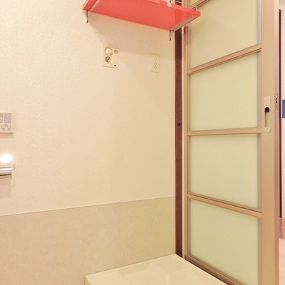 洗濯機置き場はトイレの目の前にあります。