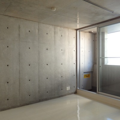 壁にはセパ穴が空いていて、ネジなど打ち込めるようになっていますよ。