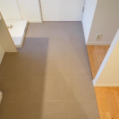 キッチンの床はタイルになって安心♪