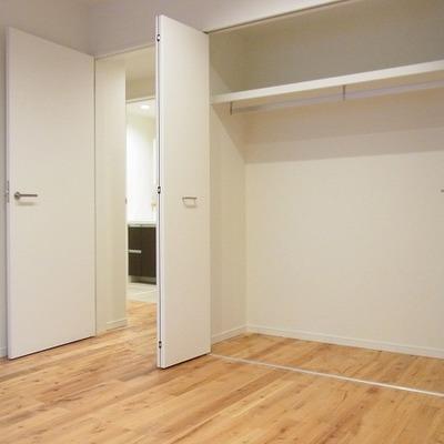 洋室には大きめの収納あり。*写真は別部屋です