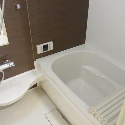 大きな浴槽でゆっくり入れます。*写真は別部屋です