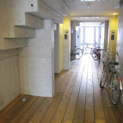 共有廊下、自転車置いてOKだそうです。(写真は別部屋)