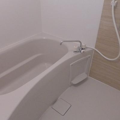 お風呂は木目のシートです