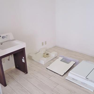 洗面台は組立中です…!