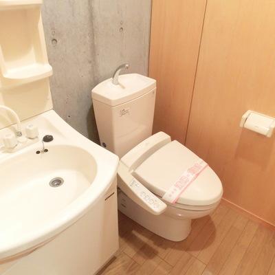 トイレも天井高い〜