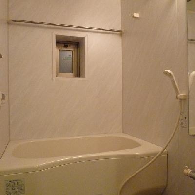 小窓付きバスルーム