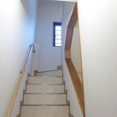 階段の途中には窓もついています