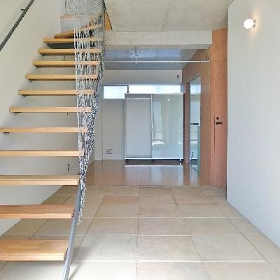 土間から階段を上がります。