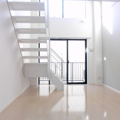 階段も幅広です※写真は別部屋です