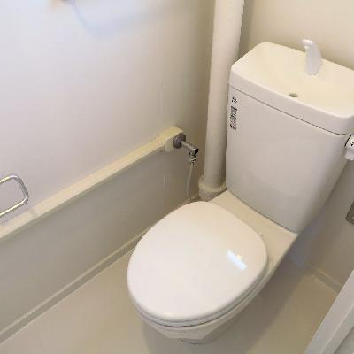 トイレはシンプル。※写真は同じ間取りの別室
