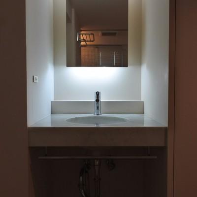 間接照明がお洒落な洗面台。