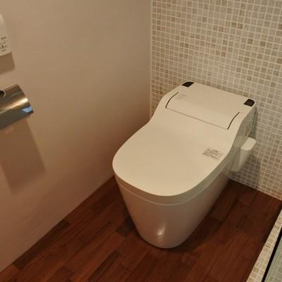トイレ後ろのタイルがお洒落。