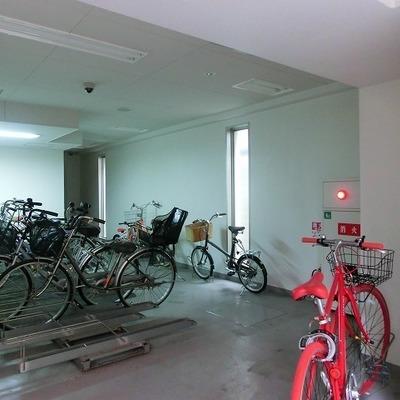 エントランス奥に室内駐輪場がございます。