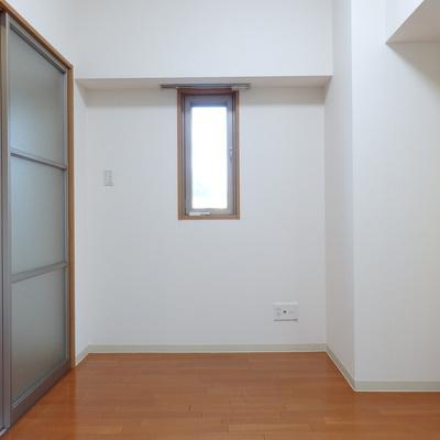 洋室には小窓