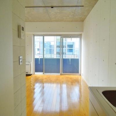 壁の白とベランダのネイビーのコントラスト※写真同タイプ別部屋