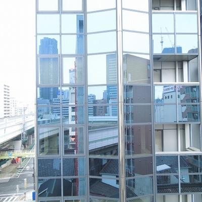 向かいはガラス張りのビル※写真同タイプ別部屋