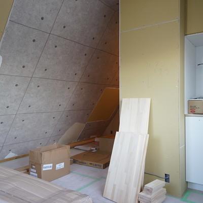 斜めの天井の下はラックを置いておしゃれに収納しましょう※写真は工事中です