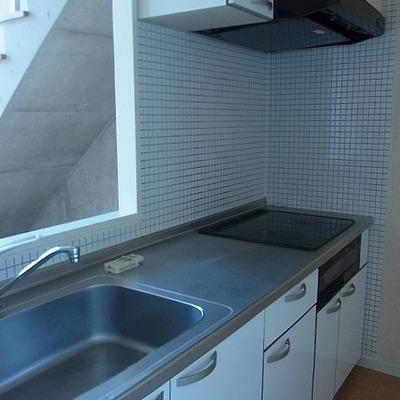 広いキッチン!深緑のタイル張りです※画像は別室です