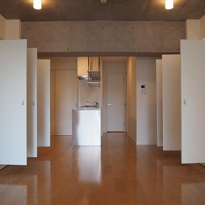 収納二つあり開くとこんな感じです。※写真は別部屋です