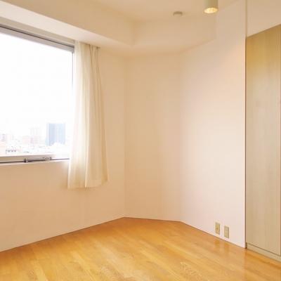 キッチン横のひと部屋の形も、いびつに素敵。