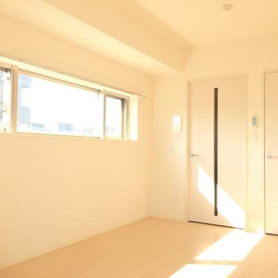 横長の窓が部屋に奥行きを演出します