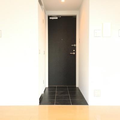 玄関に段差がなく色で区切ってます